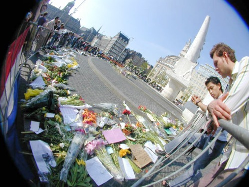 Dam square Amsterdam spontaneous memorial for Pim Fortuyn of the steps of the National Monument for the victims of WWII. (picture by Tjebbe van Tijen)