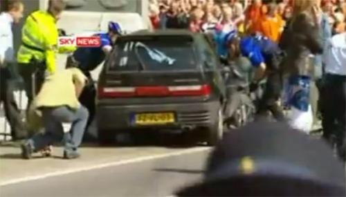 Fragment van een SKY-NEWS televisiefilmpje op YouTube waar twee politiemannen te zien zijn die zich naarbinnen in de auto van Karsten T. buigen
