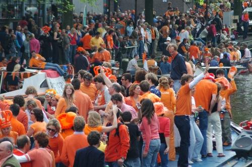 """Flickr pagina uit 2005 met 85 foto's van een typische Amsterdamse koninginnendag gezien door een niet Nederlander: """"Amsterdam turns into one big party zone with more than half a million visitors. ."""""""