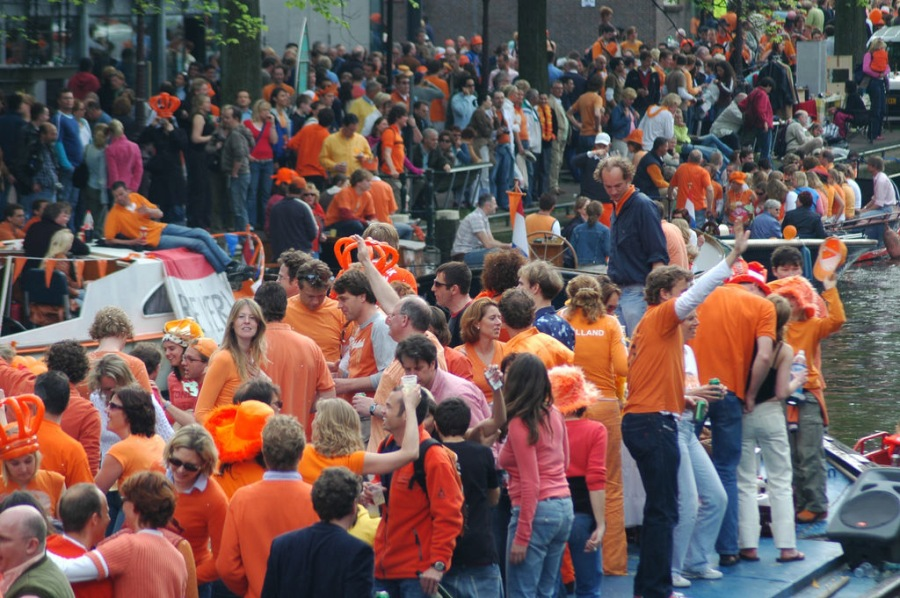 "Flickr pagina uit 2005 met 85 foto's van een typische Amsterdamse koninginnendag gezien door een niet Nederlander: ""Amsterdam turns into one big party zone with more than half a million visitors. ."""