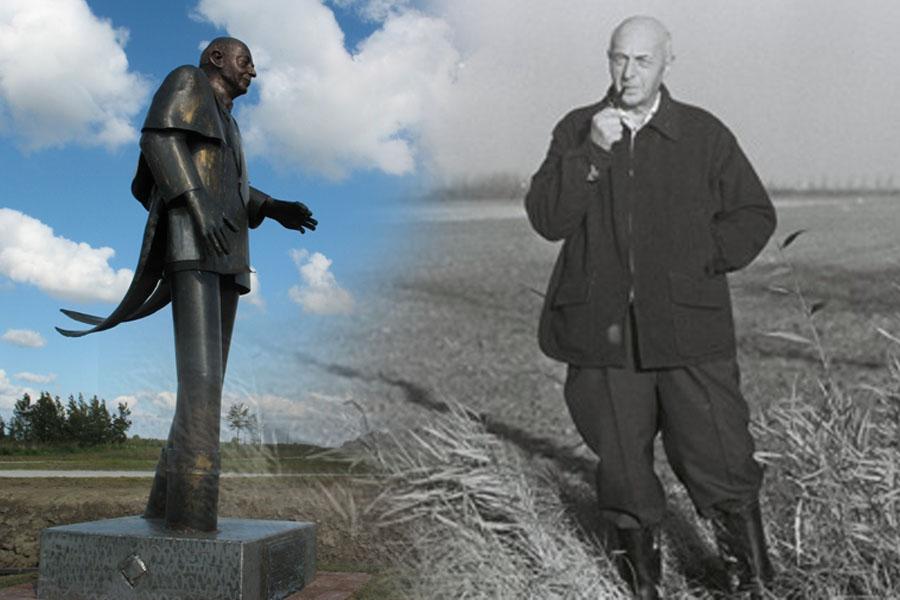 """Sicco Mansholt en zijn in in 2008 onthulde standbeeld in de Wieringermeerpolder waar landbouwgrond nu bestemd is voor een nieuwe woonwijk """"Blauwe Stad"""""""